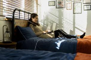 パソコンで作業する女性の写真素材 [FYI04266167]