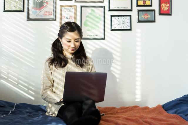 パソコンで作業する女性の写真素材 [FYI04266169]