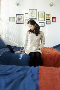 パソコンで作業する女性の写真素材 [FYI04266173]