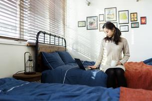 パソコンで作業する女性の写真素材 [FYI04266174]