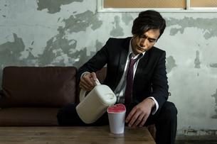 カップ麺にお湯を注ぐ男性の写真素材 [FYI04266199]