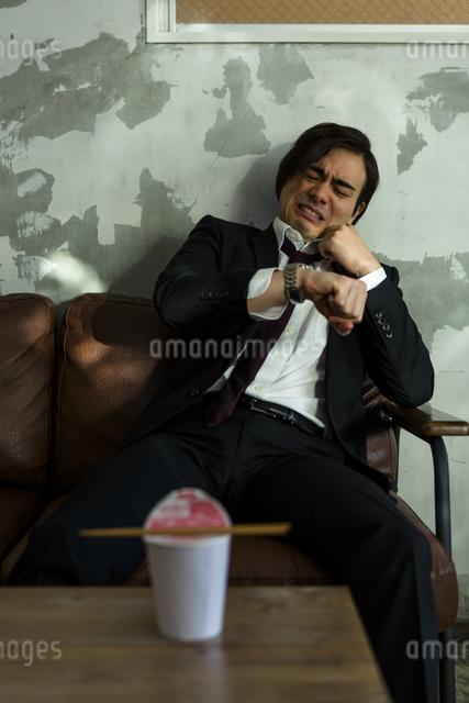 カップ麺を待つ男性の写真素材 [FYI04266200]