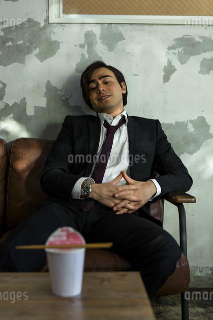 カップ麺を待つ男性の写真素材 [FYI04266201]
