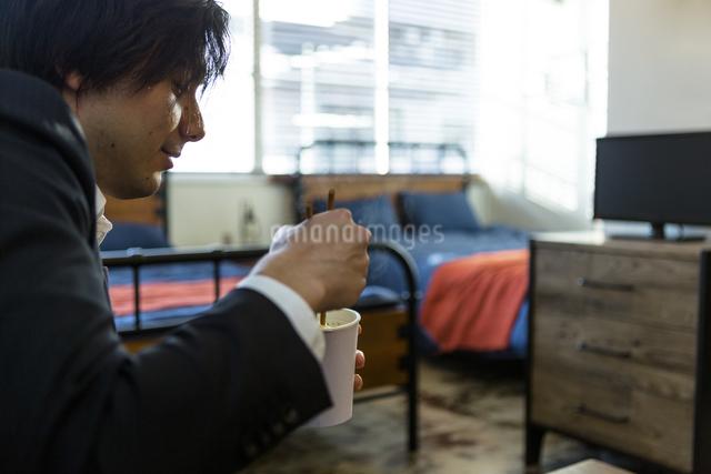 カップ麺を食べる男性の写真素材 [FYI04266202]