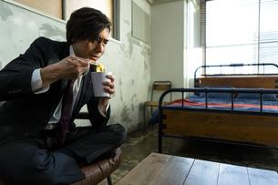 カップ麺を食べる男性の写真素材 [FYI04266203]