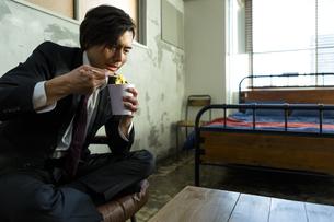 カップ麺を食べる男性の写真素材 [FYI04266204]