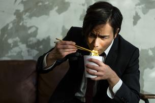 カップ麺を食べる男性の写真素材 [FYI04266205]