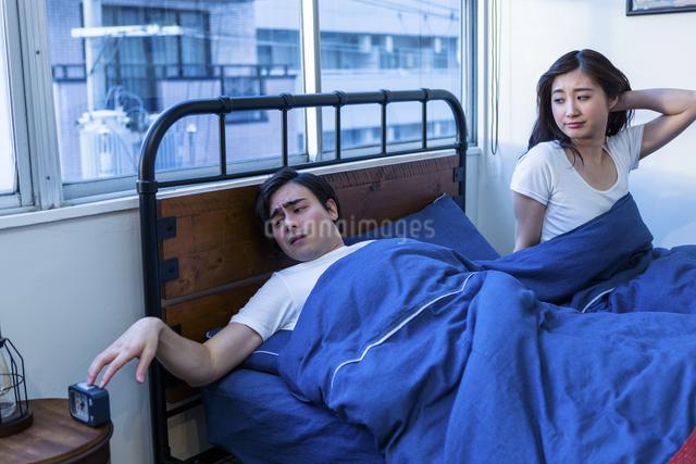 ベッドで寝る若い夫婦の写真素材 [FYI04266235]