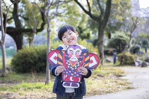 凧を持った男の子の写真素材 [FYI04266250]