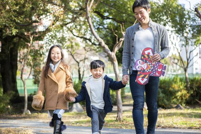 公園を歩く家族の写真素材 [FYI04266258]
