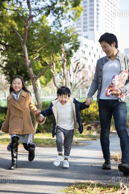 公園を歩く家族の写真素材 [FYI04266259]