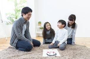 福笑いをする家族の写真素材 [FYI04266261]