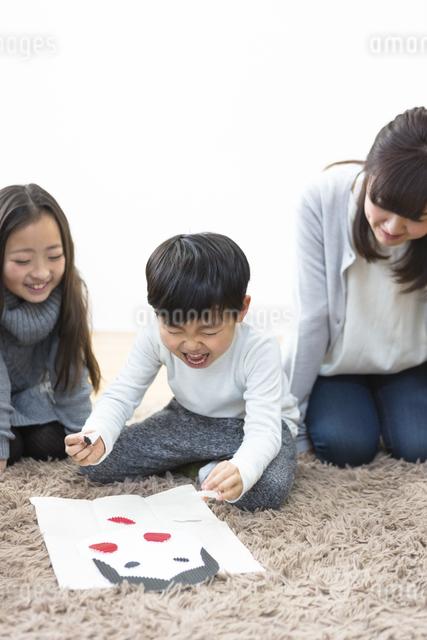 福笑いをする家族の写真素材 [FYI04266262]
