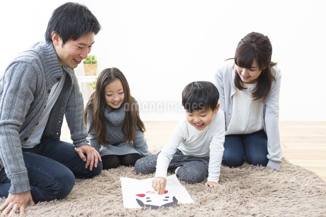 福笑いをする家族の写真素材 [FYI04266264]