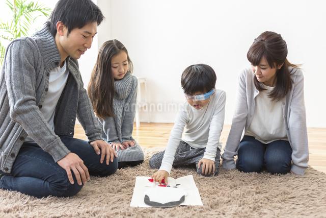 福笑いをする家族の写真素材 [FYI04266265]