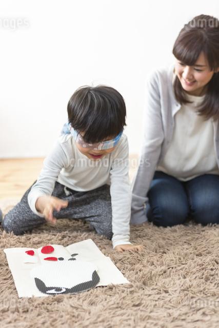 福笑いをする家族の写真素材 [FYI04266266]
