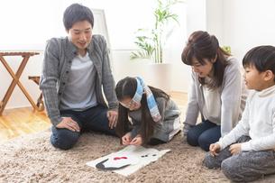 福笑いをする家族の写真素材 [FYI04266270]