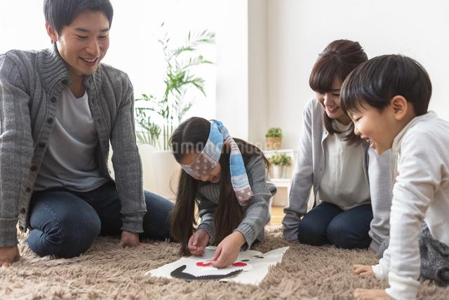 福笑いをする家族の写真素材 [FYI04266271]