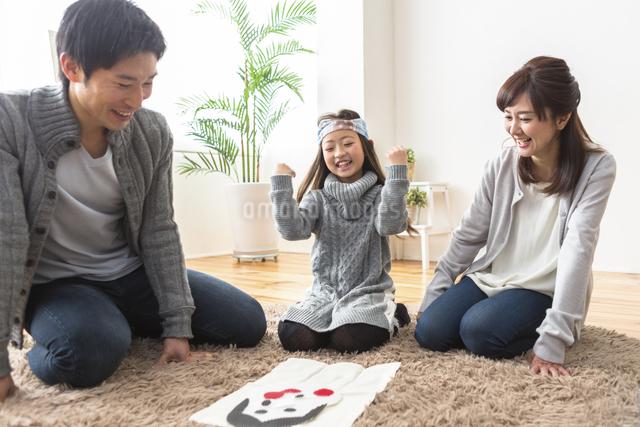 福笑いをする家族の写真素材 [FYI04266272]