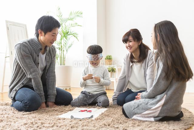 福笑いをする家族の写真素材 [FYI04266274]