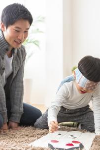 福笑いをする家族の写真素材 [FYI04266275]