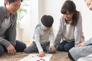 福笑いをする家族の写真素材 [FYI04266276]