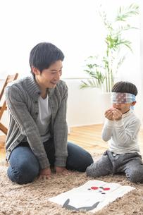 福笑いをする家族の写真素材 [FYI04266277]