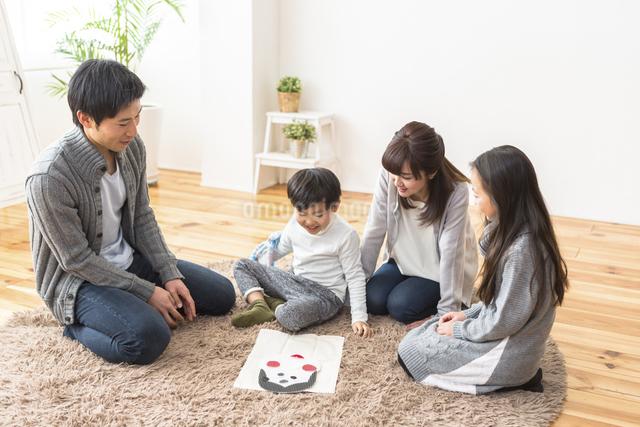 福笑いをする家族の写真素材 [FYI04266280]