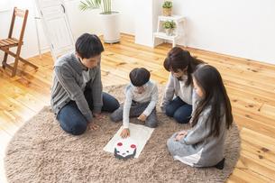 福笑いをする家族の写真素材 [FYI04266281]