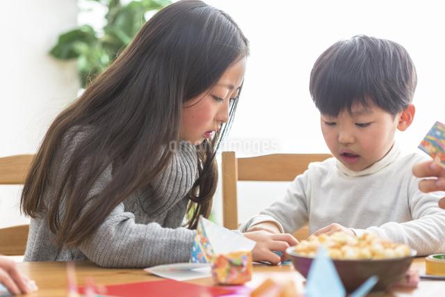 折り紙を折る親子の写真素材 [FYI04266358]
