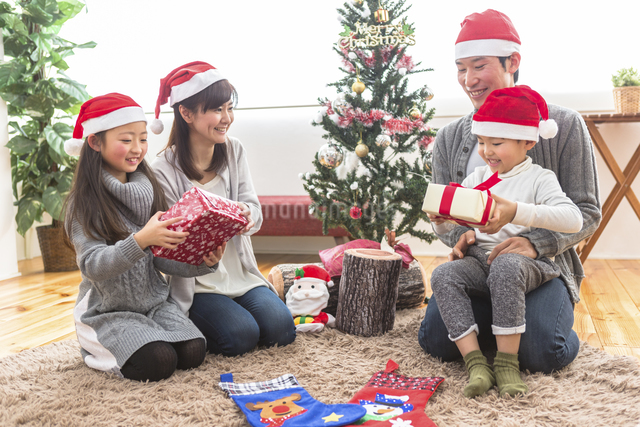 クリスマスパーティーをする家族の写真素材 [FYI04266387]