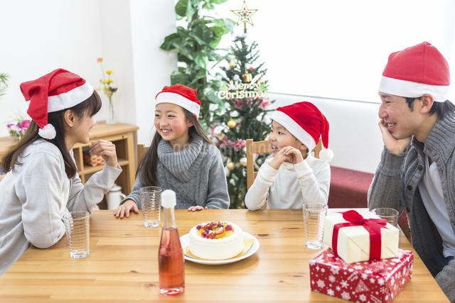 クリスマスパーティーをする家族の写真素材 [FYI04266388]