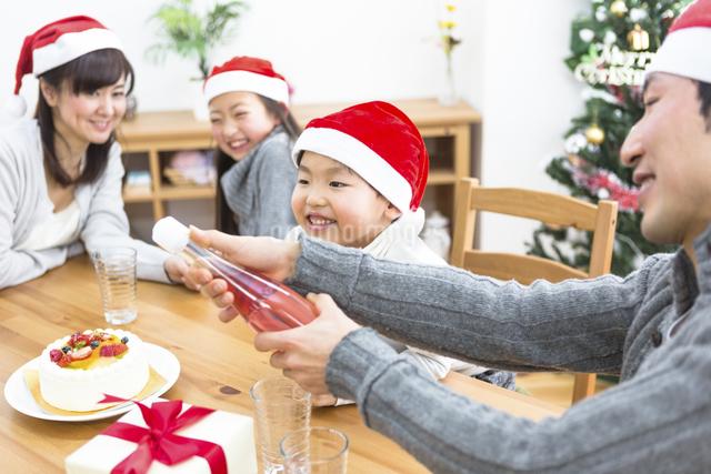 クリスマスパーティーをする家族の写真素材 [FYI04266389]