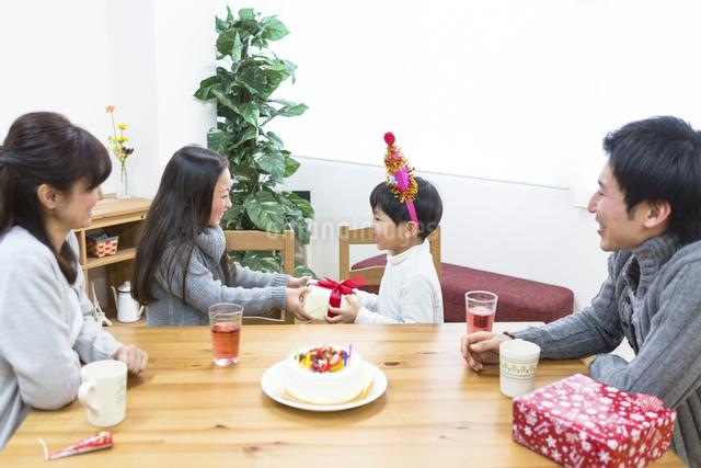 誕生日パーティーをする家族の写真素材 [FYI04266390]