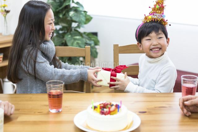 誕生日パーティーをする家族の写真素材 [FYI04266392]