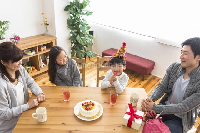 誕生日パーティーをする家族の写真素材 [FYI04266398]