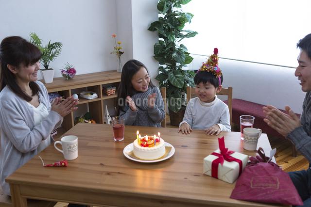 誕生日パーティーをする家族の写真素材 [FYI04266399]