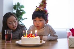 誕生日パーティーをする家族の写真素材 [FYI04266400]
