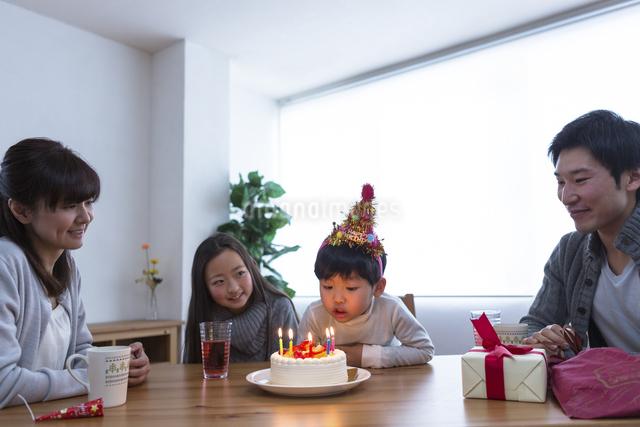 誕生日パーティーをする家族の写真素材 [FYI04266402]