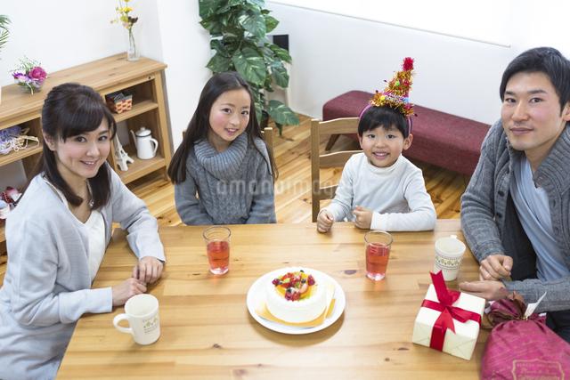 誕生日パーティーをする家族の写真素材 [FYI04266406]