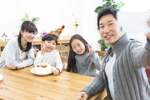 家族写真を撮る父親の写真素材 [FYI04266408]