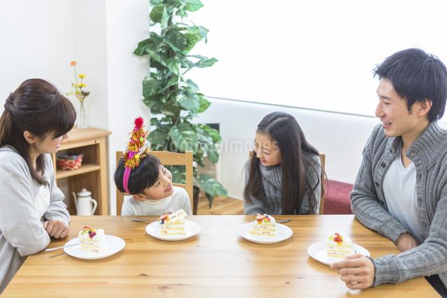 誕生日パーティーをする家族の写真素材 [FYI04266420]