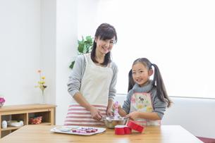 チョコレートを作る母娘の写真素材 [FYI04266432]