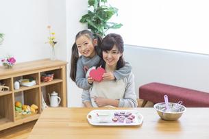 チョコレートを作る母娘の写真素材 [FYI04266434]