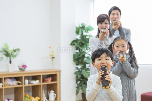 恵方巻きを食べる家族の写真素材 [FYI04266462]