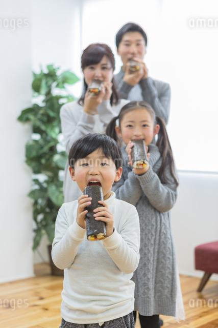 恵方巻きを食べる家族の写真素材 [FYI04266463]