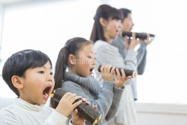 恵方巻きを食べる家族の写真素材 [FYI04266464]