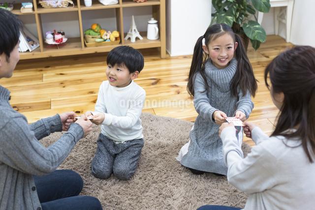 お年玉をもらう子供達の写真素材 [FYI04266476]