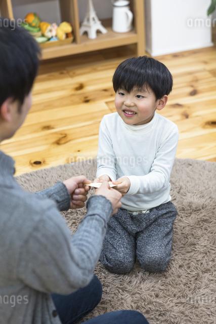 お年玉をもらう子供達の写真素材 [FYI04266478]