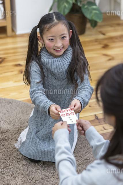お年玉をもらう子供達の写真素材 [FYI04266479]
